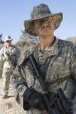Soldados armados en campo Foto de archivo