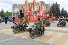 Soldados armados en las motocicletas pesadas M-72 con un coche lateral Rusia Imagen de archivo