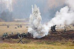 Soldados bajo bombardeo Imagenes de archivo