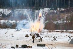 Soldados bajo explosiones Imágenes de archivo libres de regalías