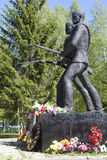 Soldados caidos del monumento en la Segunda Guerra Mundial en el pueblo de Chushevitsy, distrito de Verhovazhskogo, región de Vol Foto de archivo libre de regalías