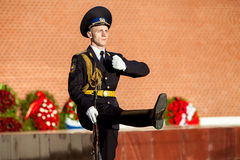 Soldados cambiantes del guardia en el jardín de Alexander cerca de la llama eterna en Moscú, Rusia Fotos de archivo