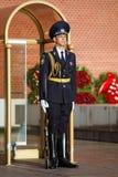 Soldados cambiantes del guardia en el jardín de Alexander cerca de la llama eterna en Moscú, Rusia Imágenes de archivo libres de regalías