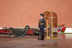 Soldados cambiantes del guardia en jardín del ` s de Alexander cerca de la llama eterna en Moscú, Rusia Foto de archivo