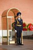 Soldados cambiantes del guardia en jardín del ` s de Alexander cerca de la llama eterna en Moscú, Rusia Imagenes de archivo