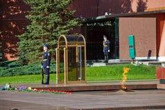 Soldados cambiantes del guardia en jardín del ` s de Alexander cerca de la llama eterna en Moscú, Rusia Imagen de archivo