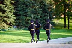 Soldados cambiantes del guardia en jardín del ` s de Alexander cerca de la llama eterna en Moscú, Rusia Imágenes de archivo libres de regalías