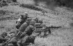 Soldados com o remake da batalha preto e branco Fotografia de Stock
