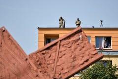 Soldados com os binóculos na parte superior da construção Imagem de Stock