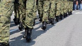 Soldados con el uniforme del camuflaje y las botas negras que marchan en la formación en desfile en la festividad nacional Policí almacen de video
