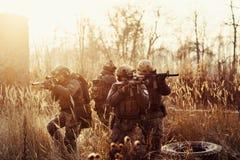Soldados con los armas en el campo Foto de archivo libre de regalías