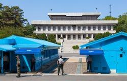 Soldados coreanos que miran la frontera entre Corea del Norte del sur y en el área común de la seguridad (DMZ) Fotos de archivo