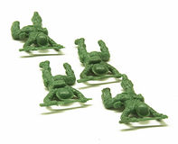 Soldados de brinquedo de rastejamento Fotos de Stock Royalty Free