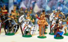 Soldados de brinquedo diminutos como um fundo colorido Foto de Stock