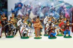 Soldados de brinquedo medievais coloridos em seguido Imagem de Stock