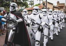 Soldados de caballería de tormenta de las Guerras de las Galaxias en desfile en Walt Disney World Florida foto de archivo