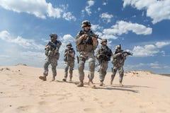 Soldados de infantería en la acción Fotos de archivo