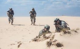 Soldados de infantería en la acción Fotografía de archivo