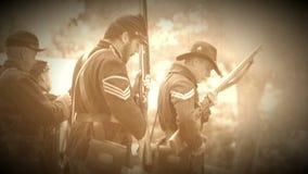 Soldados de la guerra civil que realizan recargas durante la guerra (versión de la cantidad del archivo) metrajes
