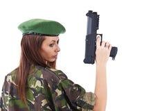 Soldados de la mujer joven con los armas Imagen de archivo libre de regalías