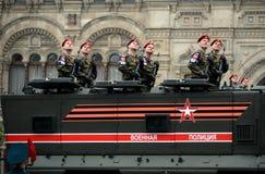 Soldados de la policía militar en un ` acorazado del tifón-k del ` del camión KamAZ-63968 durante el ensayo de Victory Parade fotografía de archivo
