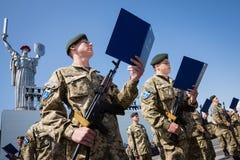 Soldados de las fuerzas armadas de arma de Ucrania Fotografía de archivo