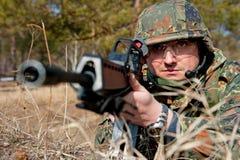 Soldados de las fuerzas especiales en bosque Imagenes de archivo