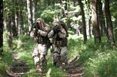 Soldados de las fuerzas especiales en patrulla Fotografía de archivo