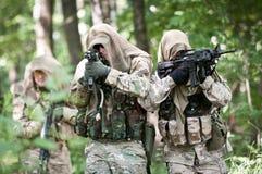 Soldados de las fuerzas especiales en patrulla Imagenes de archivo