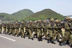Soldados de marcha armados japonês Fotografia de Stock