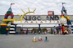 Soldados de tempestade de Lego que montam a bicicleta no legoland dianteiro malaysia foto de stock