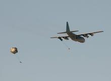Soldados deixando cair do avião do transporte Imagem de Stock Royalty Free