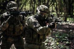 Soldados del tiro en la misión militar Foto de archivo libre de regalías