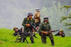 Soldados do campo de batalha com metralhadora Fotos de Stock Royalty Free