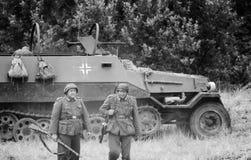 Soldados do campo de batalha e veículo blindado com preto e branco Imagem de Stock Royalty Free