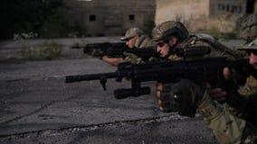 Soldados do exército com as armas que disparam no alvo filme
