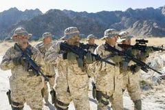 Soldados do exército com rifles em uma missão foto de stock royalty free
