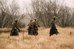 Soldados do exército vermelho na campanha no campo no fal fotos de stock