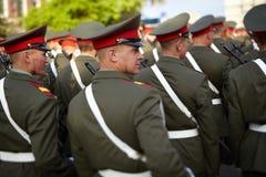 Soldados do russo na repetição da parada Fotos de Stock