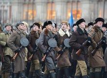 Soldados do russo no quadrado vermelho em honra da parada do 7 de novembro de 1941 Fotos de Stock Royalty Free