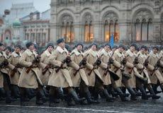 Soldados do russo sob a forma da grande guerra patriótica na parada no quadrado vermelho em Moscou Fotografia de Stock Royalty Free