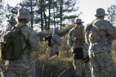 Soldados durante el entrenamiento en bosque Fotografía de archivo