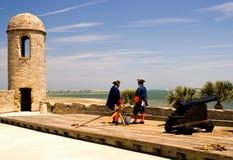 Soldados e canhão no forte Fotografia de Stock Royalty Free
