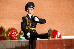 Soldados em mudança do protetor no jardim de Alexander perto da chama eterno em Moscou, Rússia Fotos de Stock