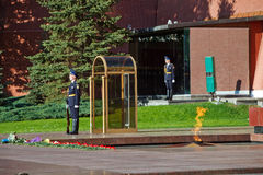 Soldados em mudança do protetor no jardim do ` s de Alexander perto da chama eterno em Moscou, Rússia Imagem de Stock
