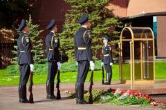 Soldados em mudança do protetor no jardim do ` s de Alexander perto da chama eterno em Moscou, Rússia Imagens de Stock Royalty Free