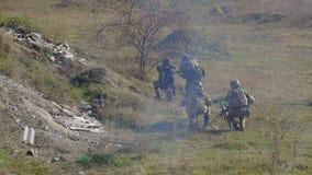 Soldados en campo de batalla con el mortero metrajes