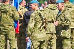 Soldados en camuflaje en la ciudad foto de archivo