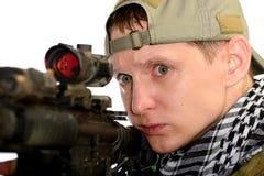Soldados en casquillo y bufanda con un rifle Fotos de archivo