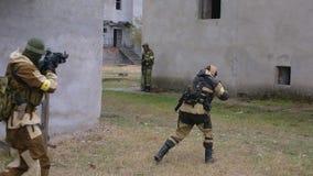 Soldados en el campo de batalla de la ciudad almacen de metraje de vídeo